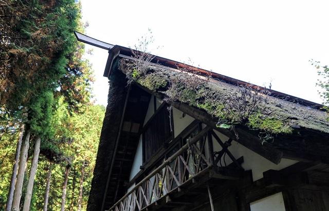 かんづくり荘 藁葺き屋根